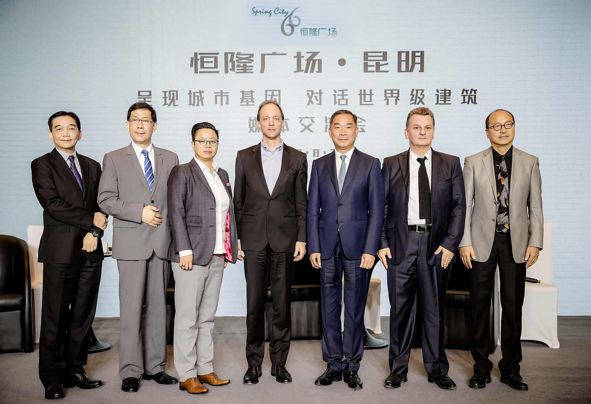 Mr. Adrian Lo (3rd from right), Director – Project Management of Hang Lung Properties; Mr. Peter Gross (4th from left), Principal of KPF and Ms. Lau Yee Tak (3rd from left), Senior Associate Principal of KPF; Mr. Richard Wood (2nd from right), Director of Concept i and Mr. Wang Qi (1st from right), Managing Director, China of Concept i;  Mr. Joseph Leung (2nd from left), Director of JRP and Mr. Kelvin Chan (1st from left), Project Manager of JRP, share insights into the design concept of Spring City 66 and progress at the project with members of the media.